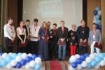 Выпускники принимают поздравления